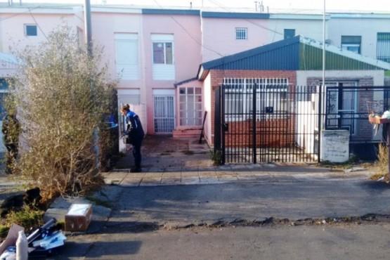 El personal de Criminalística inspeccionó el lugar en busca del arma.