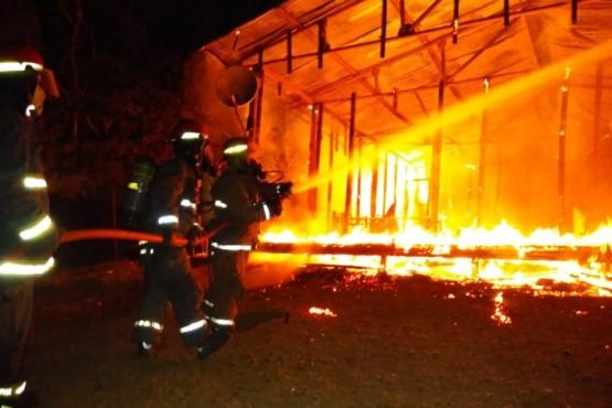 Las llamas consumieron una vivienda