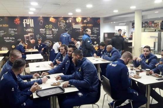 Los brasileños desayunando antes de viajar a Gobernador Gregores.