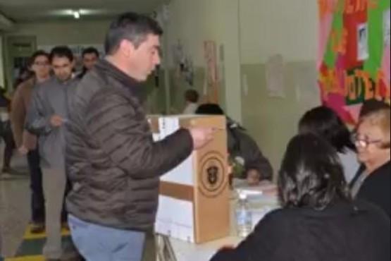 Votó el intendente de El Hoyo en la escuela N°81