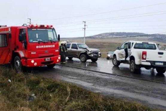 Dos camionetas chocaron frontalmente y un conductor debió ser socorrido