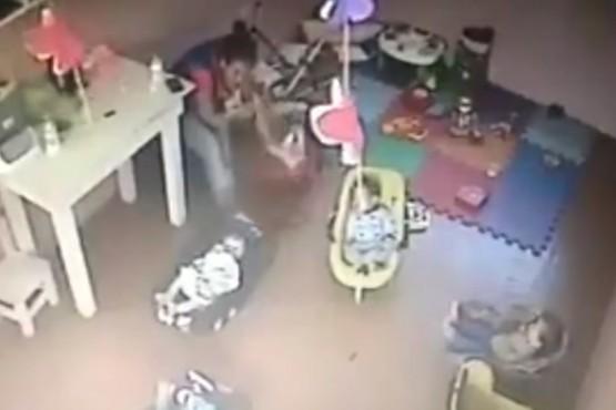 Ordenaron detener a la maestra que agredió a una beba en una guardería