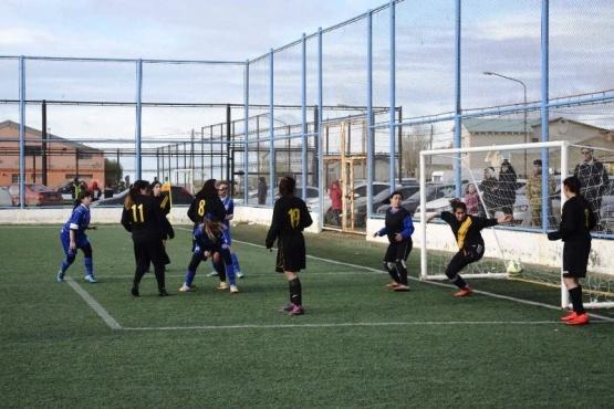 Los candidatos sacan chapa en el fútbol de los Evita