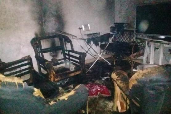 Un cortocircuito provocó un incendio que destruyó una casa