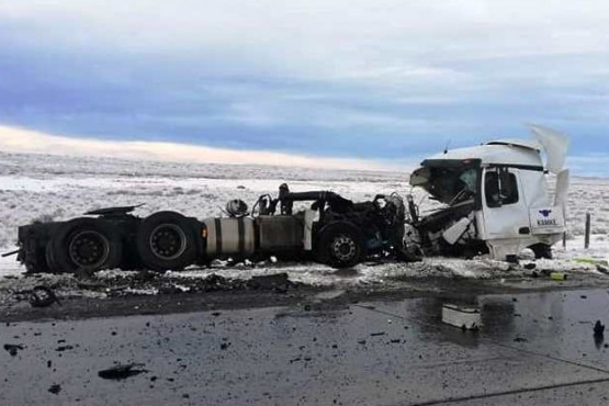 2 muertos y 40 heridos tras chocar frontalmente un camión y un colectivo
