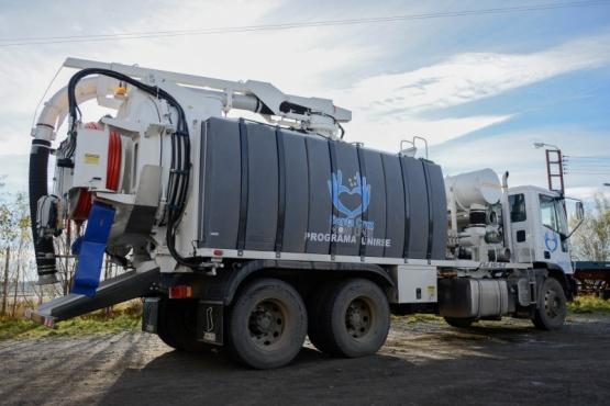 Trabajadores capacitados para el uso del los camiones desobstructores de última generación