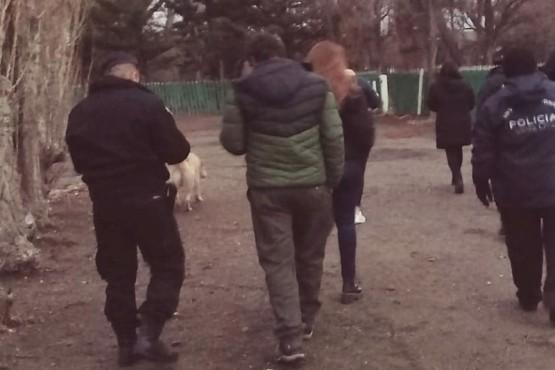 Los policías y la Trabajadora Social recorrieron varias estancias.