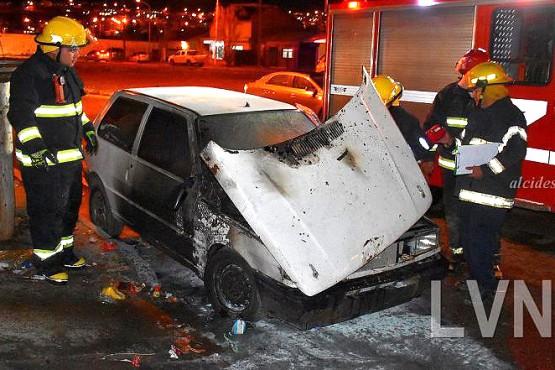 Arrojaron combustible sobre un coche y lo incendiaron