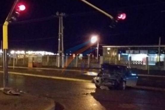 Conductora impactó en un semáforo