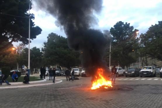 UOCRA quema cubiertas por despidos