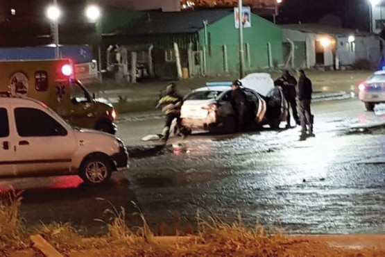 Un patrullero fue embestido y dos policías resultaron heridos