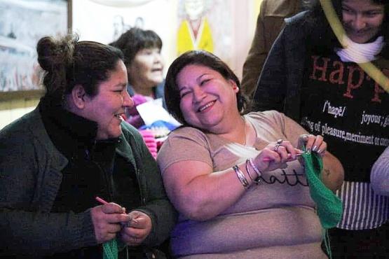 El objetivo es generar mediante los cuadrados tejidos verdes una bandera feminista con tejidos de todas partes de Argentina. (A. Alberti)