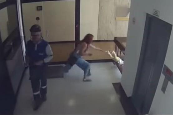 La mamá se distrajo con el celular, su hijo cayó al vacío y lo salvó en el último segundo