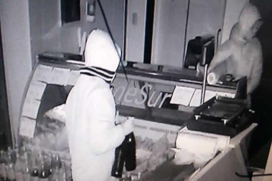 Robaron tres cervezas y asado en una carnicería de Av. Kirchner