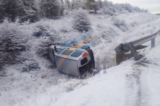 Volcó en la ruta 3 a causa de la nieve
