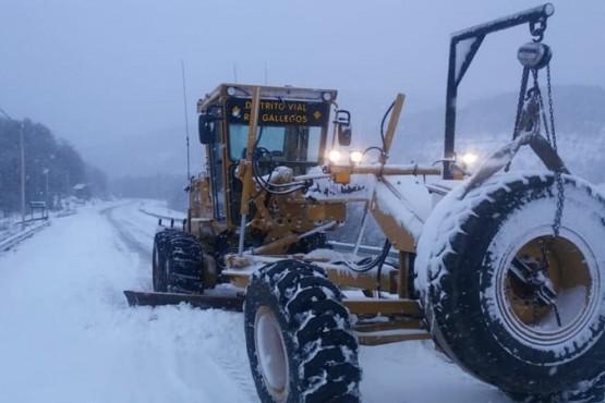 Intenso trabajo de despeje de nieve y hielo