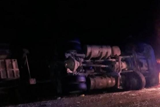 Un camión volcó en la Ruta Nacional N°3