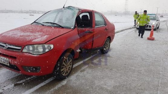 Conductor herido tras deslizar en la nieve e impactar contra una columna