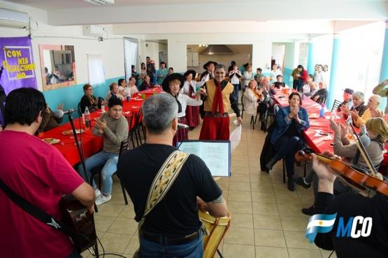 Jornada de alegría, música y compañía para los abuelos del Hogar de Ancianos