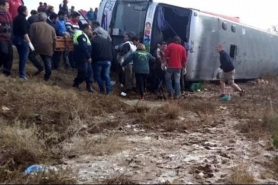 Al menos 10 muertos en Tucumán por el vuelco de un micro en el que viajaban jubilados