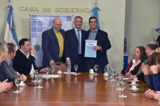 Arcioni concretó el traspaso de fondos a Intendencias