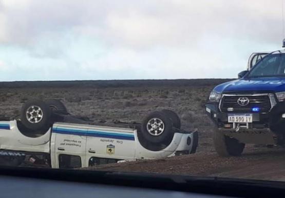 Un patrullero volcó en camino al choque de camiones