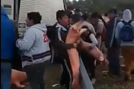 Vecinos se llevaron carne de cerdo de un camión que tuvo un desperfecto en la ruta
