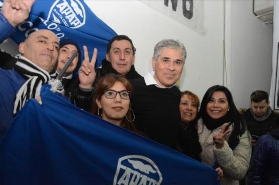 Pablo González acompañado por la militancia.