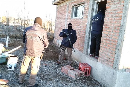 En los allanamientos los uniformados secuestraron varias armas de fuego de distintos calibres, como también municiones y otros elementos de interés.