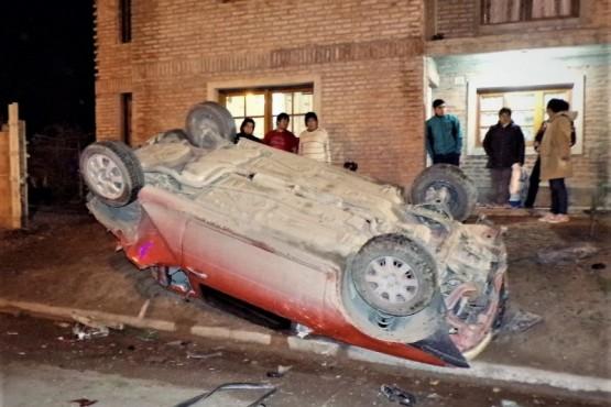Manejaba un camión en estado de ebriedad, chocó un auto, lo volcó y huyó
