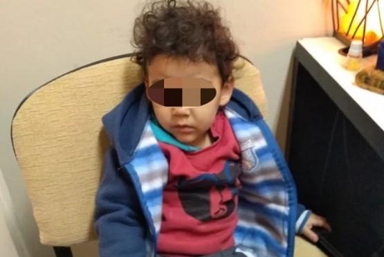 Encontraron perdido a un nene de dos años y buscan a su familia