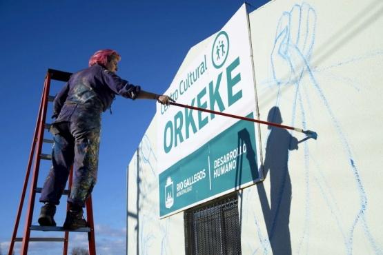 Joven artista comenzó a pintar un mural en el Centro Cultural Orkeke