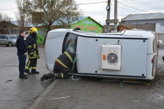 Una mujer fue hospitalizada luego de colisionar y volcar