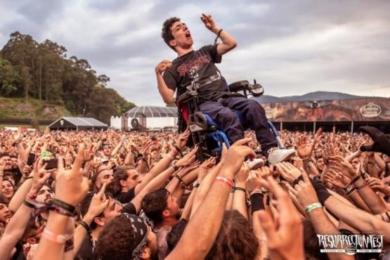 Está en silla de ruedas, participó de un pogo y su imagen conmueve al mundo