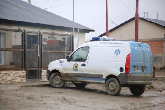 Personal de la División Criminalística realizó las pericias en la vivienda del Bombero. (Foto: C.G.)