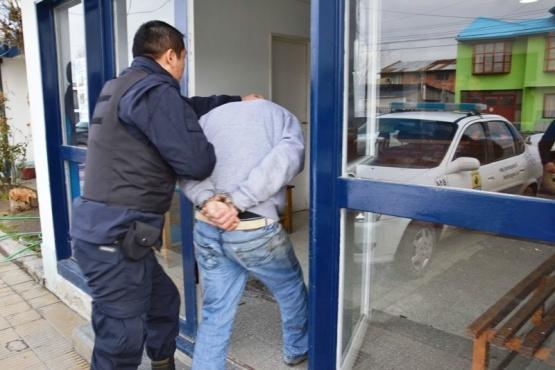 A detenido por huir de la policía le secuestran marihuana y dinero