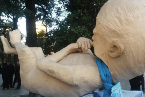 El muñeco gigante fue creado el año pasado (Isaías Cisnero vía Twitter).
