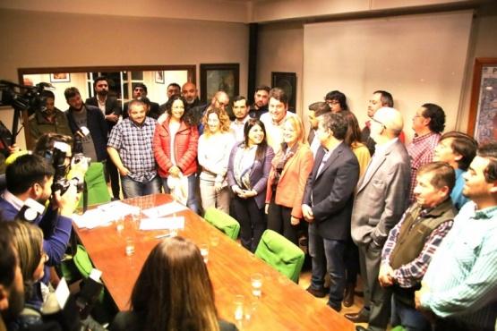 Alicia ayer junto a las autoridades de Ushuaia y la AGVP. (C.G.).