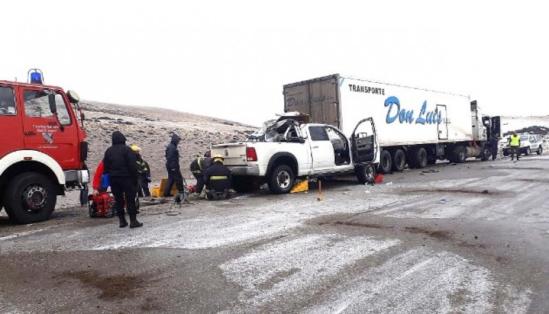 La camioneta quedó incrustada en la parte trasera del camión que estaba estacionado a un lado de la banquina.