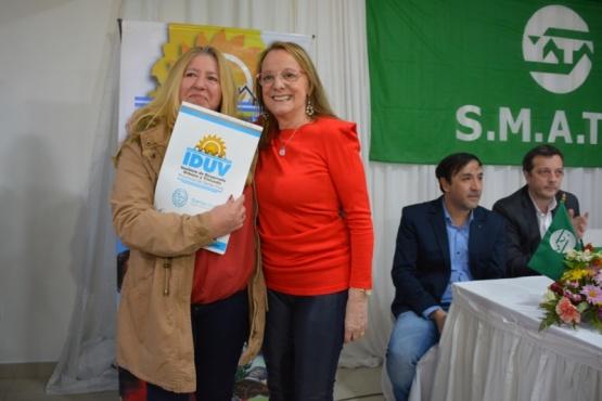 Graciela Suárez junto a Alicia Kirchner (C.R)