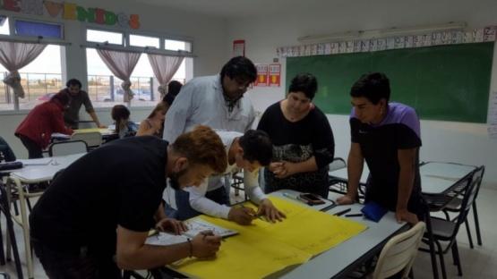 Ofrecen a adultos terminar la primaria y realizar talleres