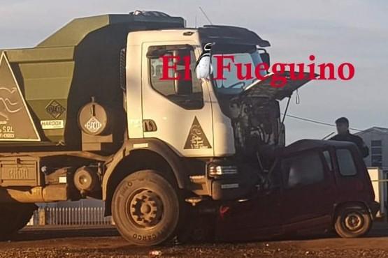 Una víctima fatal en choque entre auto y un camión