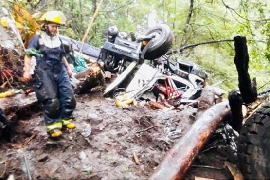 Complejo operativo para rescatar al chofer de un camión que cayó 150 metros