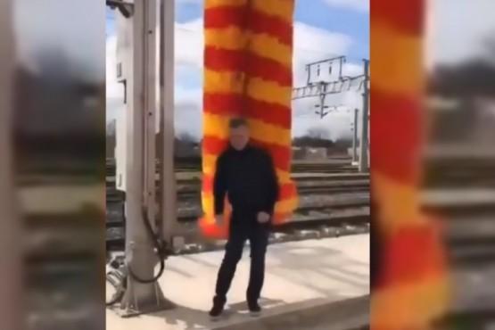 El video viral de Macri jugando con un cepillo de lavado para trenes