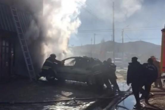 Incendio en el Juan XXIII: se cayó parte del techo y un auto fue consumido por el fuego