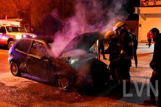 Estaría corriendo picadas, pasó por un reductor de velocidad y se prendió fuego el auto