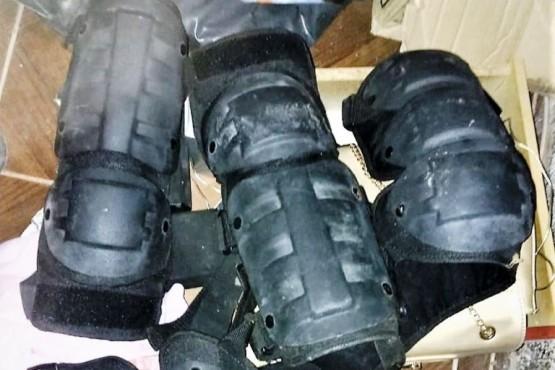 Allanaron una casa por robo y le encontraron protectores antitumulto de una fuerza de seguridad