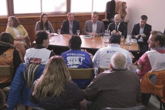 Arcioni se reunió con la Mesa de Unidad Sindical