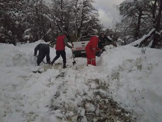 Rescataron una familia aislada por la nieve