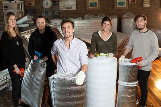 Fabrican bolsas de dormir para los sin techo y buscan donaciones